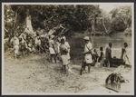 Mission IFAN Dekeyser-Holas au Libéria en 1948. [Groupe au bord d'un cours...