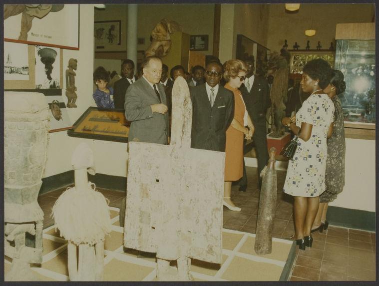 Sans titre [Visite de Léopold Sédar Senghor au musée de la Côte d'Ivoire à Abidjan, avec Bohumil Holas]