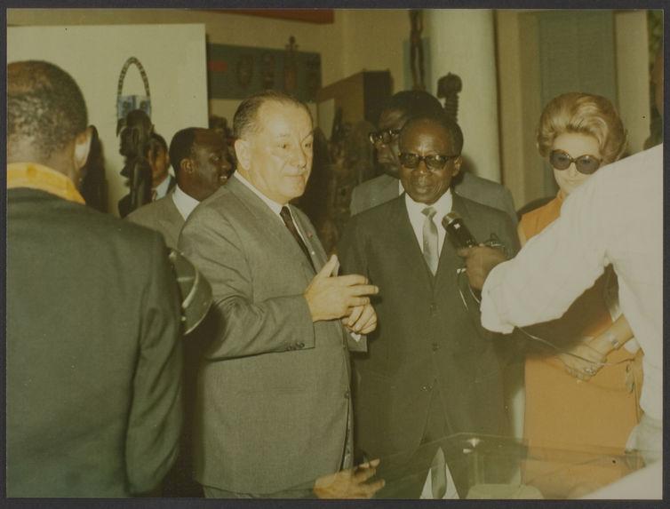 Sans titre [Visite de Léopold Sédar Senghor au musée de la Côte d'Ivoire à Abidjan, interview de Senghor et Holas]