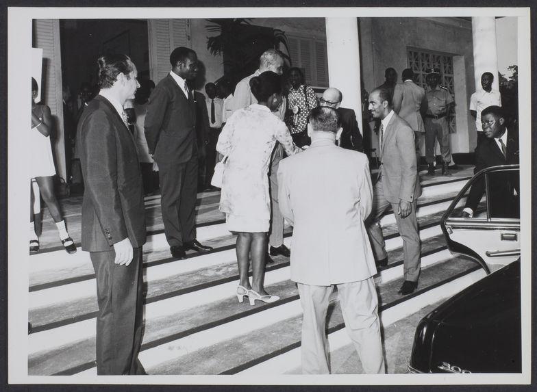 Sans titre [des hommes sur le perron du musée de la Côte d'Ivoire]