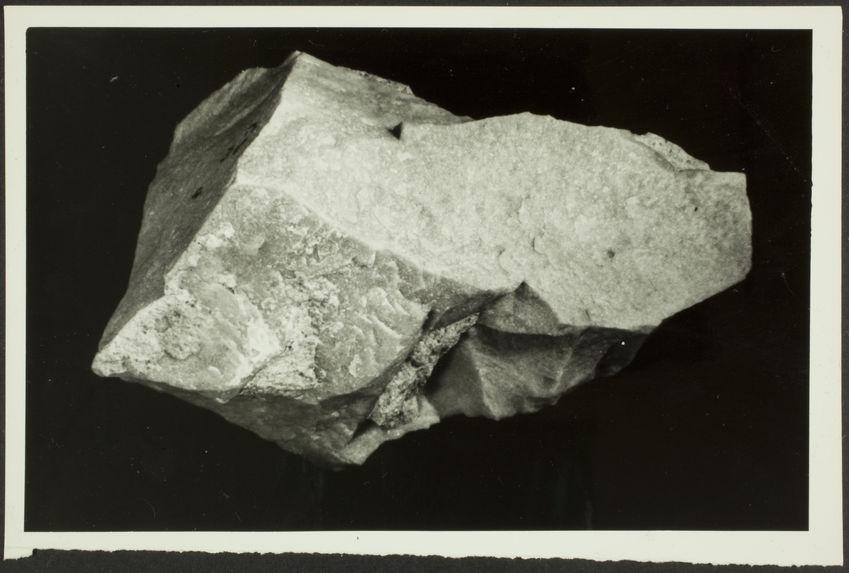 """Pièce massive en quartzite, à base quadrangulaire. Série III : émoussée """"Clacto-Abbevillien"""". Carrière de Sidi Abderrahman"""