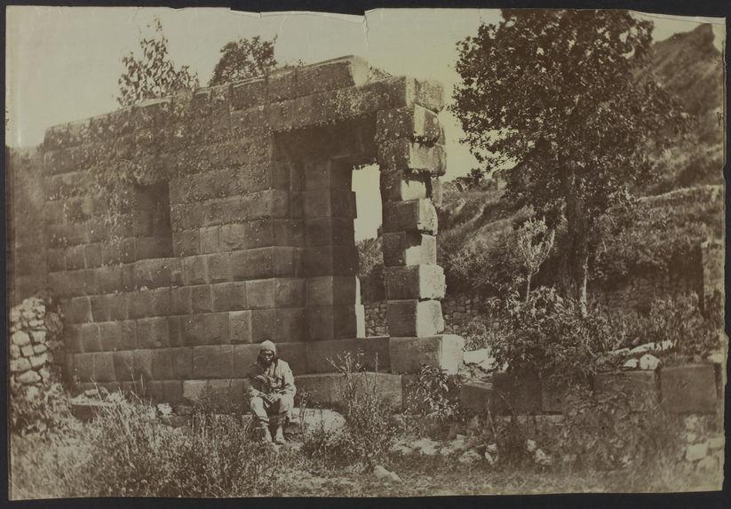 Cuzco [un homme devant des ruines]