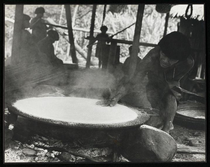 Sans titre [femme étalant de la farine de yuca sur le budare]