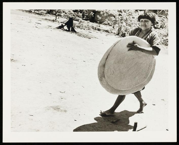 Sans titre [femme transportant des galettes de casabe]