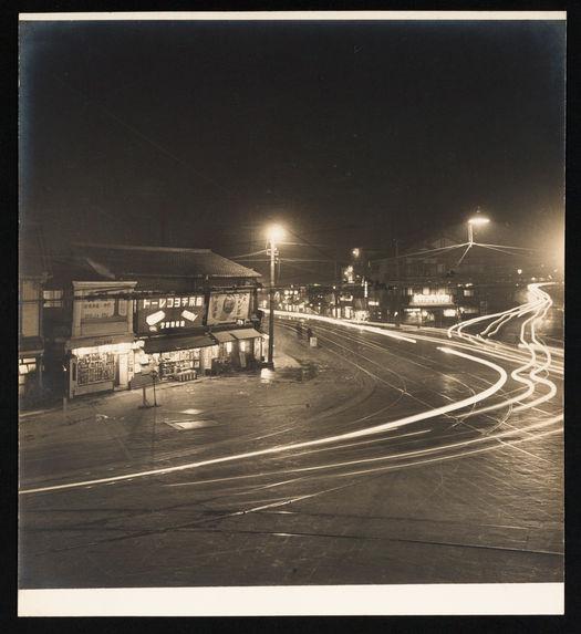 Sans titre [vue d'une rue de nuit]