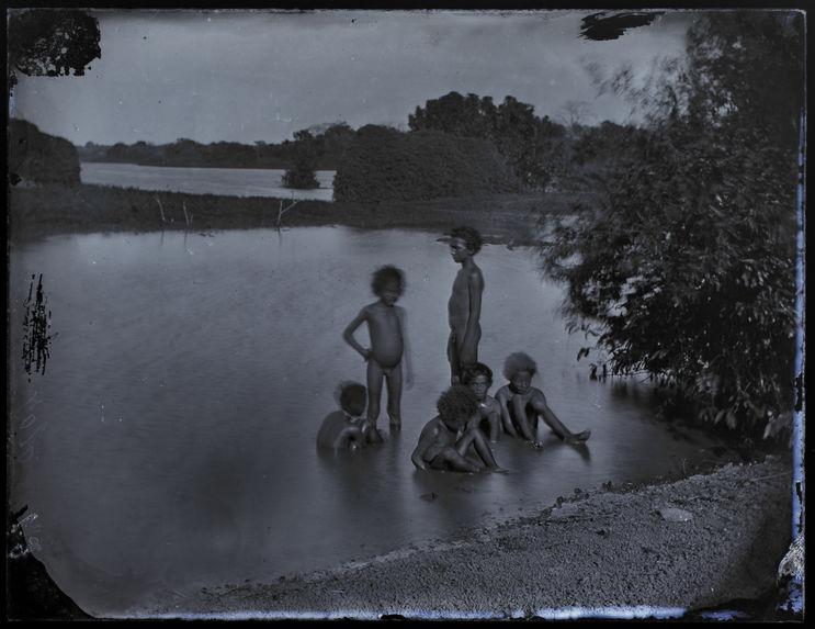 Sans titre [groupe d'enfants assis dans l'eau]